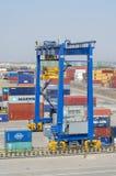 集装箱码头的货物起重机 免版税库存图片