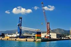 集装箱码头起重机和铲车在海港 库存图片