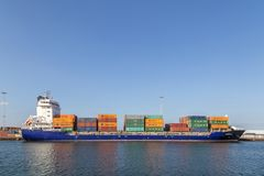 集装箱船侧视图 免版税图库摄影