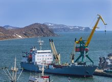 集装箱船在堪察加半岛的口岸卸载了 库存照片
