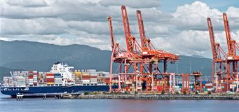 集装箱船在温哥华港卸载, 免版税库存图片