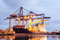 集装箱船在港口 免版税库存照片