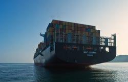 集装箱船在船锚的MSC乔安娜在路 不冻港海湾 东部(日本)海 01 08 2014年 库存图片