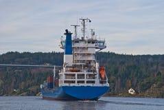 集装箱船在svinesund桥梁,图象15下 免版税库存照片