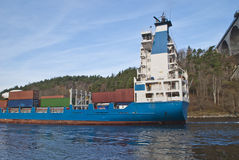 集装箱船在svinesund桥梁,图象6下 库存图片