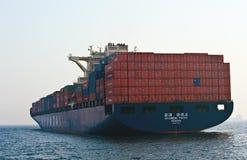 集装箱船站立在路的现代信念在船锚 不冻港海湾 东部(日本)海 19 04 2014年 图库摄影