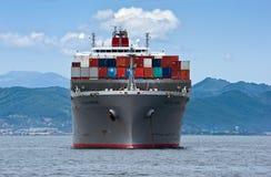集装箱船站立在路的Vecchio桥梁在船锚 不冻港海湾 东部(日本)海 02 08 2015年 免版税库存照片