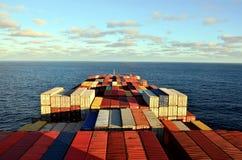 集装箱船航行通过太平洋 免版税库存图片
