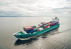 集装箱船航行鸟瞰图在海 库存照片