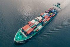 集装箱船航行鸟瞰图在海 免版税库存照片