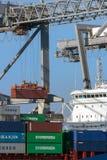 集装箱船被装载的口岸 免版税库存照片