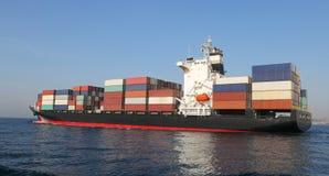 集装箱船运载的物品 图库摄影