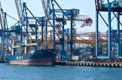 集装箱船FESCO站立在停泊处集装箱码头的Pevek 符拉迪沃斯托克 东部(日本)海 02 09 2015年 库存照片