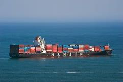 集装箱船Hanjin站立在路的里约热内卢在船锚 不冻港海湾 东部(日本)海 19 04 2014年 库存照片