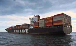 集装箱船NYK站立在路的Rigel在船锚 不冻港海湾 东部(日本)海 02 07 2015年 免版税图库摄影