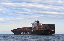 集装箱船NYK站立在路的Rigel在船锚 不冻港海湾 东部(日本)海 02 07 2015年 库存照片