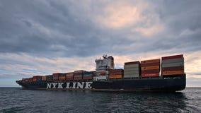 集装箱船NYK站立在路的Rigel在船锚 不冻港海湾 东部(日本)海 02 07 2015年 免版税库存图片