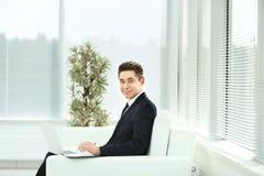 雇员与在一块宽广的办公室玻璃的文件一起使用 免版税库存图片