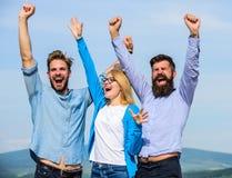 雇员享受感觉自由 查出的黑色概念自由 公司三愉快的同事办公室工作者享受自由,天空 库存图片