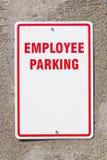 雇员在墙壁上的停车处标志 免版税库存图片