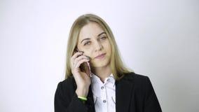 雇员在电话谈话,上司夺走她的电话并且起动发誓 粗心大意的雇员和冲突在工作 影视素材