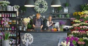 雇员在花卉商店 股票录像