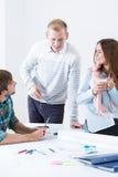 年轻雇员在建筑办公室 免版税图库摄影