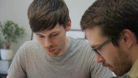 年轻雇员在建筑师局办公室谈论坐大厦的项目  影视素材