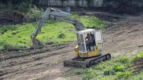 雇员处理一种挖掘机 培养杓子并且为工作做准备 股票视频