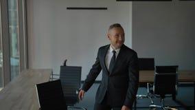 雇员愉快的队搬到新的办公室,包装盒的一个他们的上司,微笑 股票视频