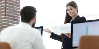 雇员特写镜头在工作场所 免版税图库摄影