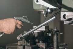 雇员钻井 金属钻井 涂药器炮铜铆钉铆牢讨论会 免版税库存图片
