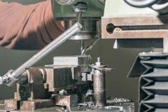 雇员钻井 金属钻井 涂药器炮铜铆钉铆牢讨论会 免版税图库摄影