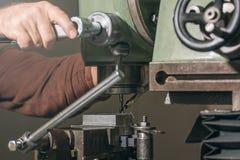 雇员钻井 金属钻井 涂药器炮铜铆钉铆牢讨论会 图库摄影