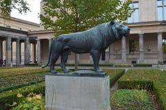 雌狮的雕塑 库存照片