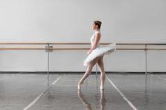 雍容芭蕾舞女演员在芭蕾类保留机架 免版税图库摄影
