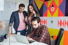 雍工作在现代办公室的行家队 图库摄影