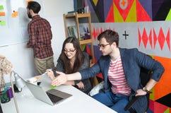 雍工作在现代办公室的行家队 免版税库存照片