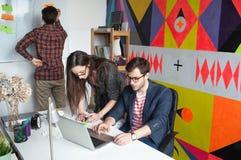 雍工作在现代办公室的行家队 库存图片
