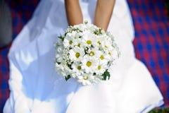 雏菊新娘和花束  免版税图库摄影
