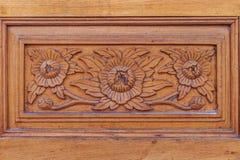 雕刻与在木墙壁上的泰国样式的花纹花样在tem 图库摄影