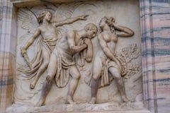 雕刻从亚当&伊芙从伊甸园的` s中央寺院二米兰外部的细节开除 图库摄影