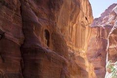 雕刻在古老神的崇拜的石圣所 库存照片