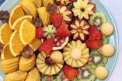 雕刻在白色布料的果子镀层顶视图  免版税库存照片