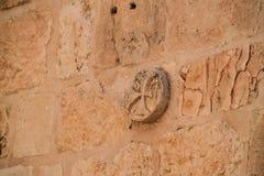 雕刻在砖墙上的古老十字架在耶路撒冷 免版税图库摄影