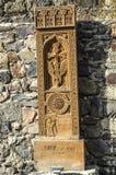 雕刻在16世纪khachkar从Jugha和它的拷贝,被安装沿路的边,导致G修道院  免版税库存照片