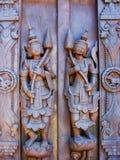 雕刻在Shwe的一个木门在容器Kyaung修道院里在Mand 免版税库存照片