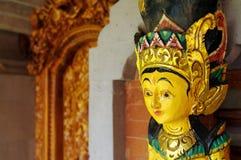 雕刻妇女木头的巴厘语 库存照片