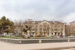 雕刻水的送礼者在以Serebryakov海军上将命名的堤防的 免版税库存照片