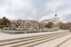 雕刻水送礼者为在以Serebryakov海军上将命名的堤防的冬天喷泉被关闭 库存图片